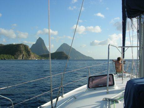 Arrivée sur les 2 Pitons à Sainte Lucie (Les Grenadines - Antilles)